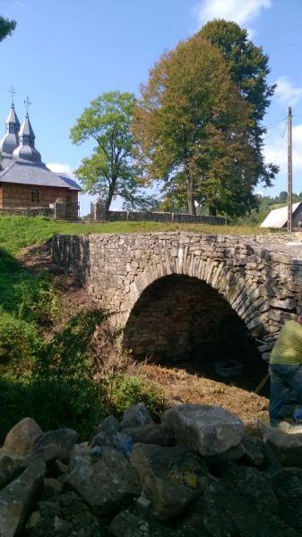 Remont kamiennego mostka w Olchowcu