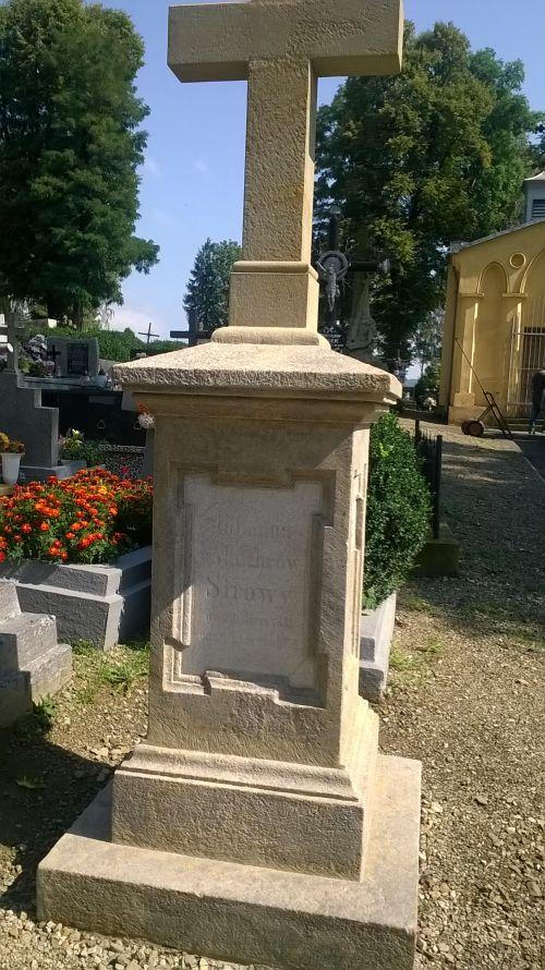 Remont zabytkowych nagrobków na cmentarzu komunalnym w Dukli.